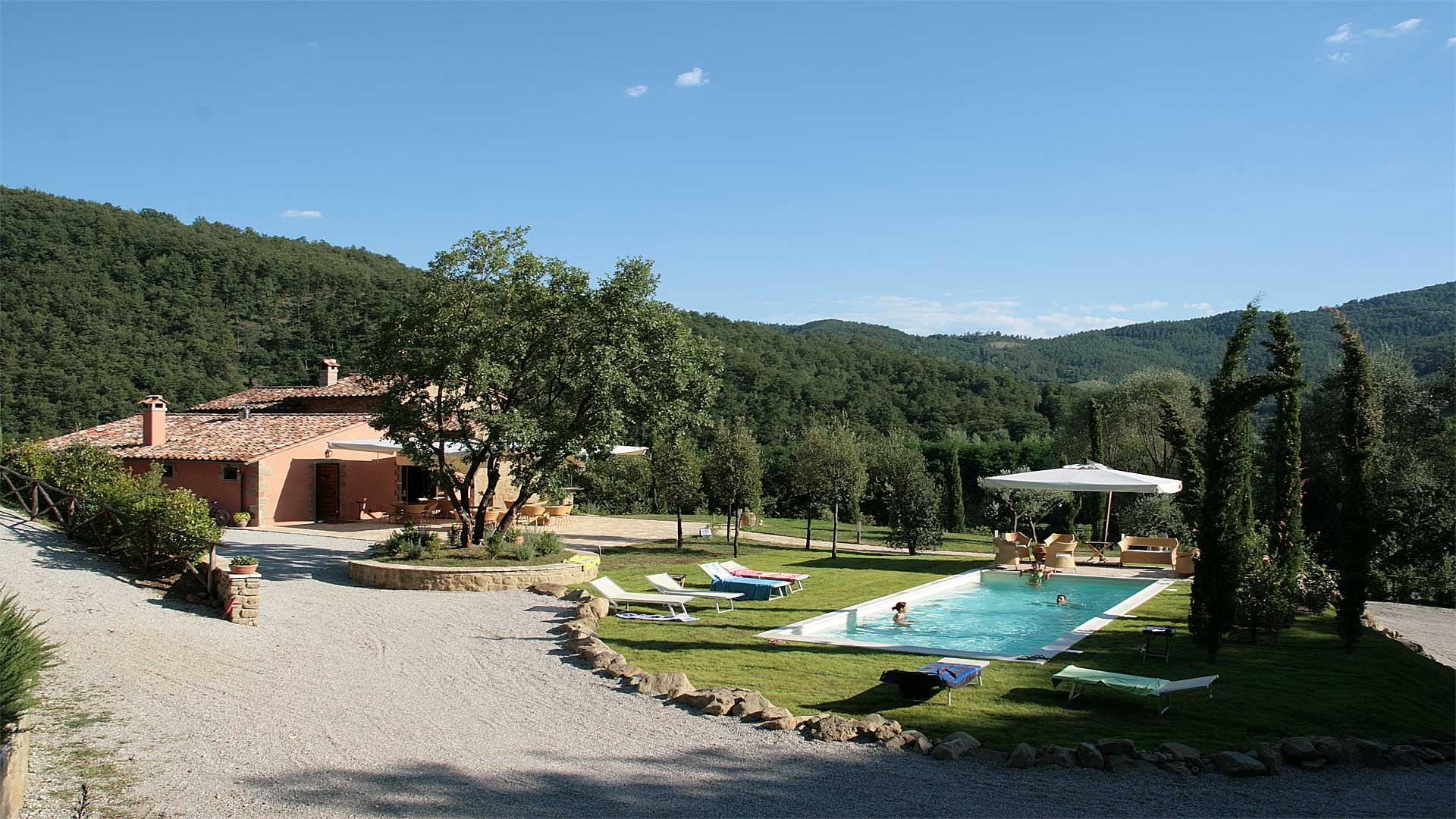 Casale Belforte vista con piscina